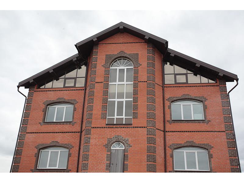 Фото кирпичных домов с арочными окнами